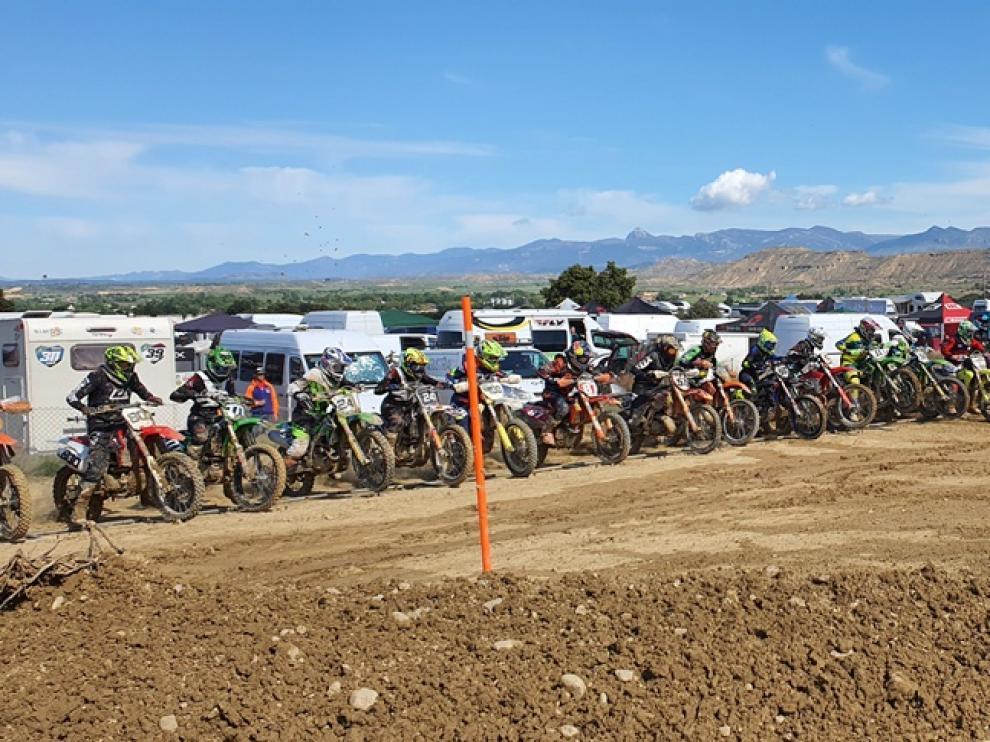 Unos 90 pilotos de motocross se han dado cita este domingo en Tierz