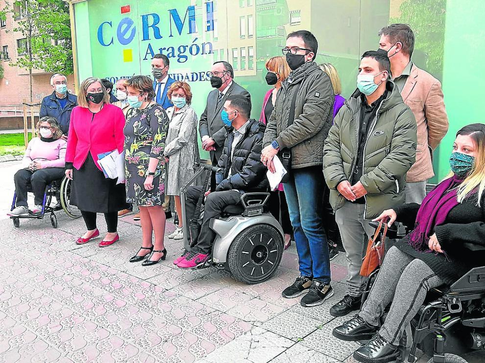 Acto celebrado ayer en Zaragoza a las puertas de la sede de Cermi Aragón.