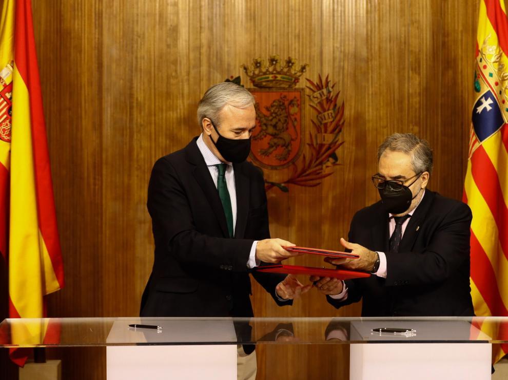El alcalde de Zaragoza, Jorge Azcón, durante la firma del convenio con el presidente del Colegio Territorial de Administradores de Fincas de Aragón, Miguel Ruíz.