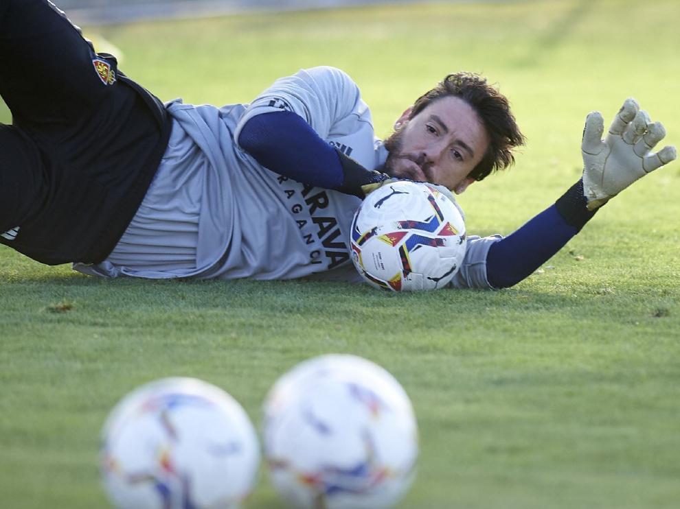 Cristian Álvarez detiene un balón en el suelo durante un ejercicio de entrenamiento.