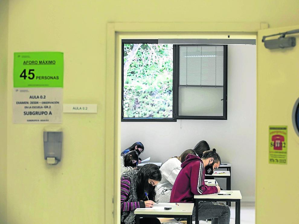 Examen este curso en la Facultad de Educación de la Universidad de Zaragoza con la puerta y la ventana abiertas.