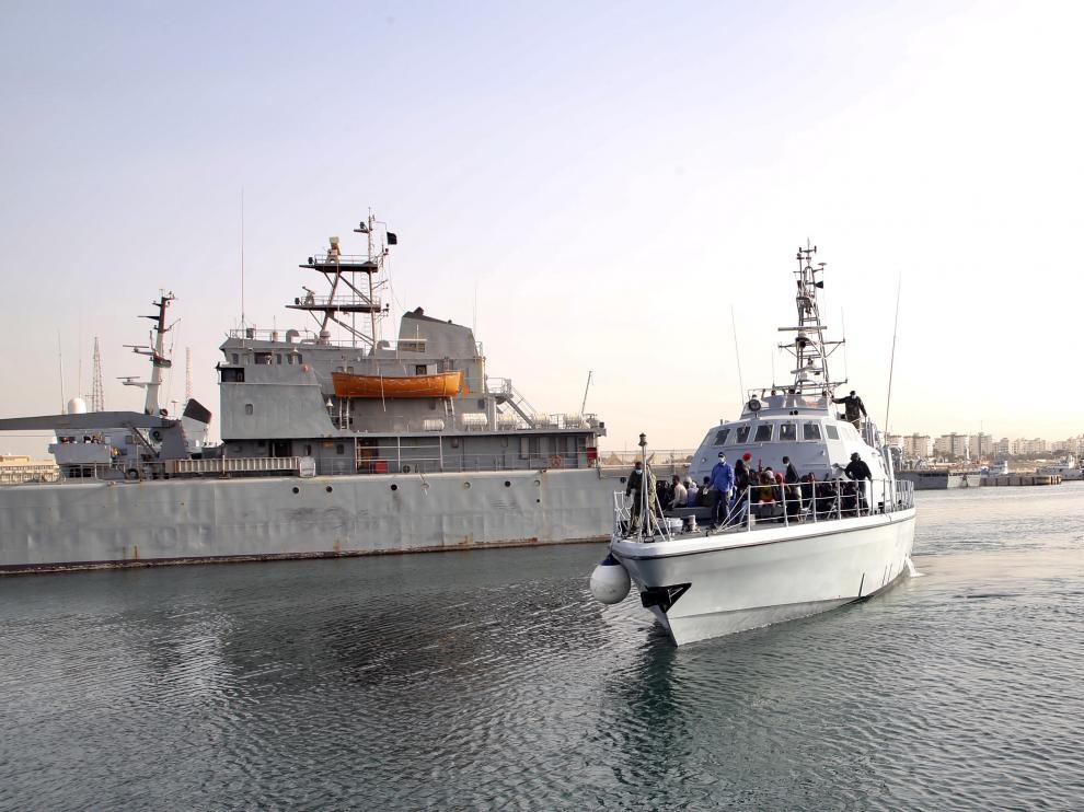 Foto de archivo de migrantes rescatados por la Guardia Costera libia que llegan al puerto de Trípoli