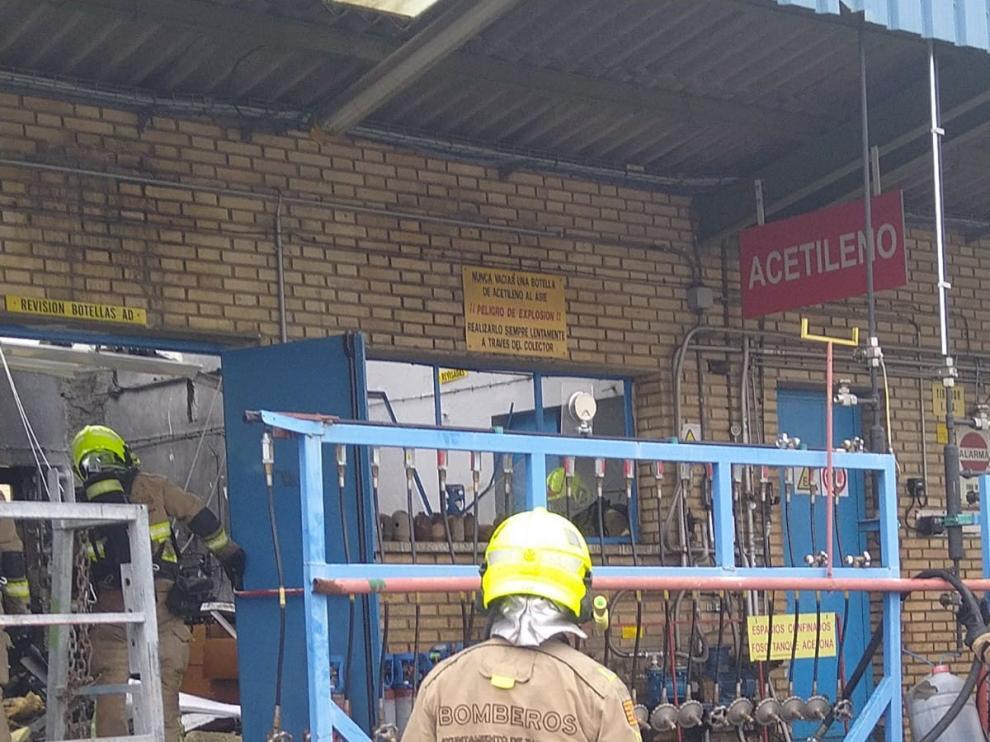 Los bomberos extinguen el fuego tras estallar una bombona en una empresa de Zaragoza