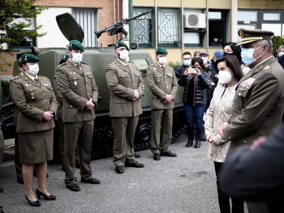 Margarita Robles visita en el acuartelamiento de Aizoáin a los compañeros del militar fallecido tras recibir la vacuna de Astrazeneca.