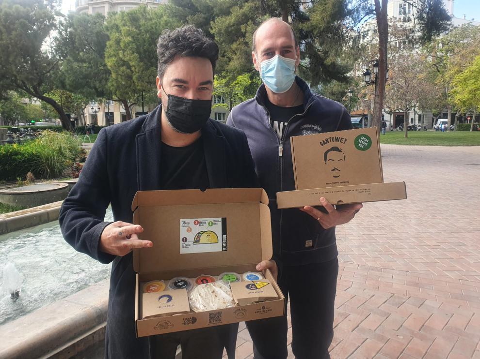 Oscar Vicente y Carlos Ferruz, con las cajas de su taquería SantoWey.