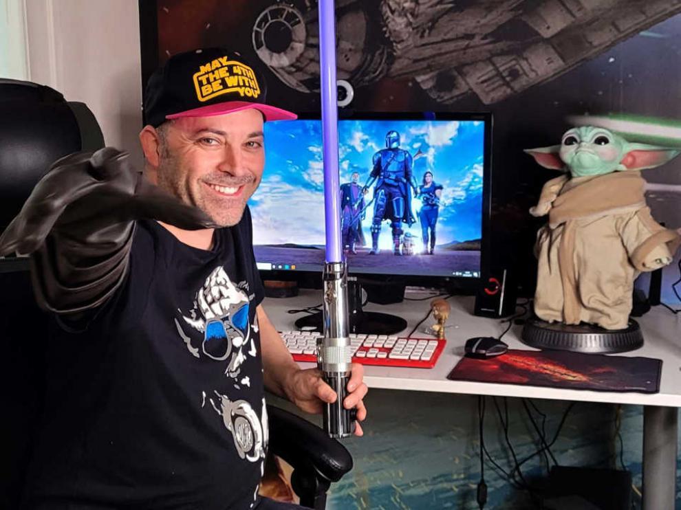 Carlos Gallego con parte de su colección de objetos relacionados con Star Wars.