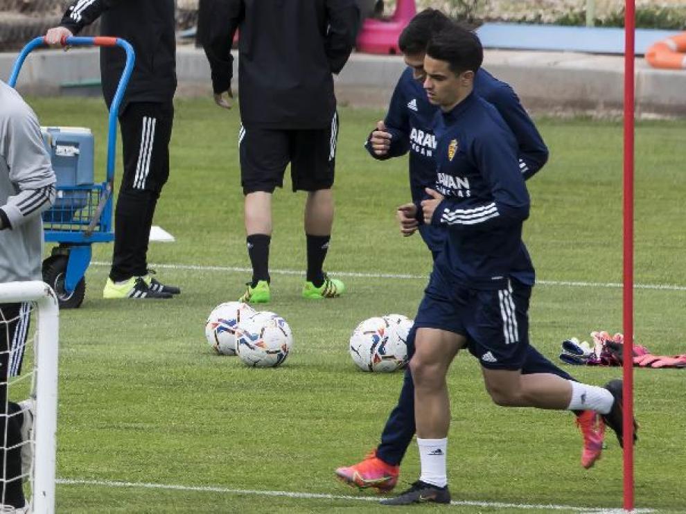 Bermejo, junto a Zapater, en plena carrera durante el entrenamiento del Real Zaragoza.