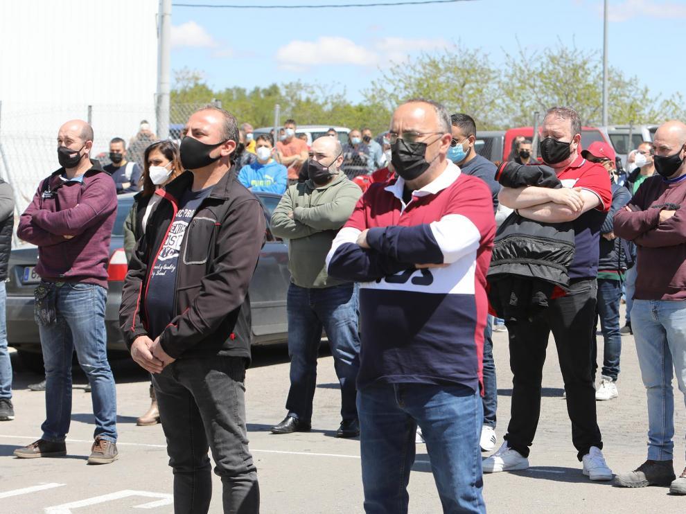 Concentración de trabajadores a las puertas de Ronal Ibérica de Teruel en homenaje al compañero recientemente fallecido.