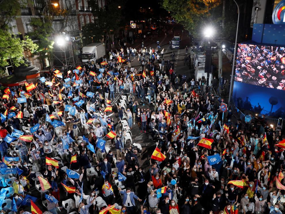 Decenas de personas congregadas ante la sede del PP en Génova