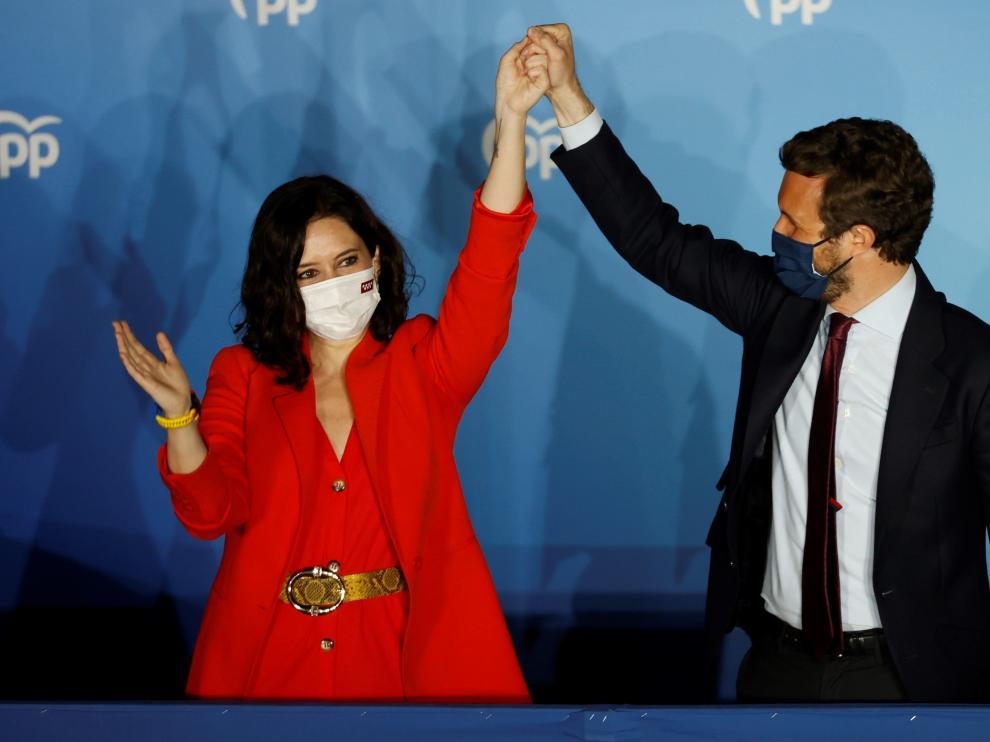 Isabel Díaz Ayuso junto a Pablo Casado en el balcón de la sede del PP en Madrid