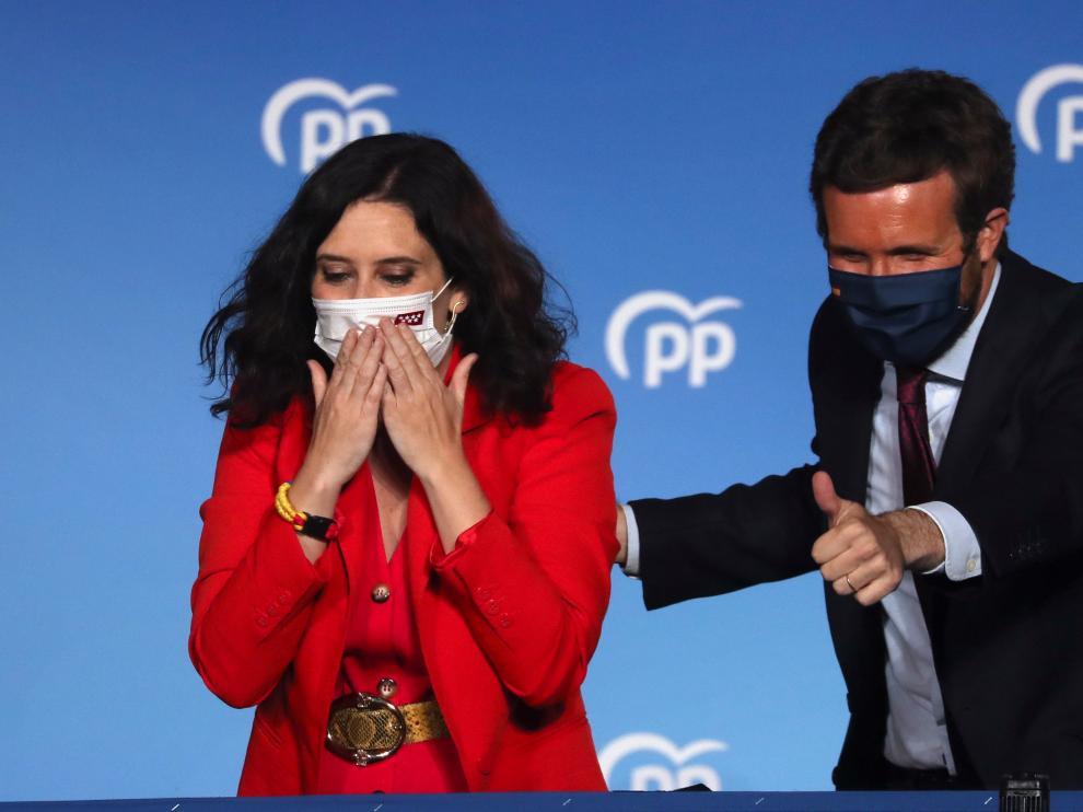 Isabel Díaz Ayuso y Pablo Casado en el balcón de la sede del PP en la calle Génova celebrando el triunfo