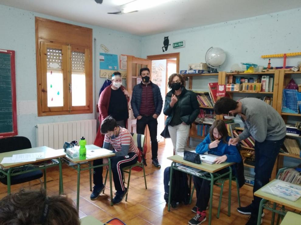Los responsables municipales y de Educación, con algunos de los alumnos de la escuela de Paules de Sarsa.