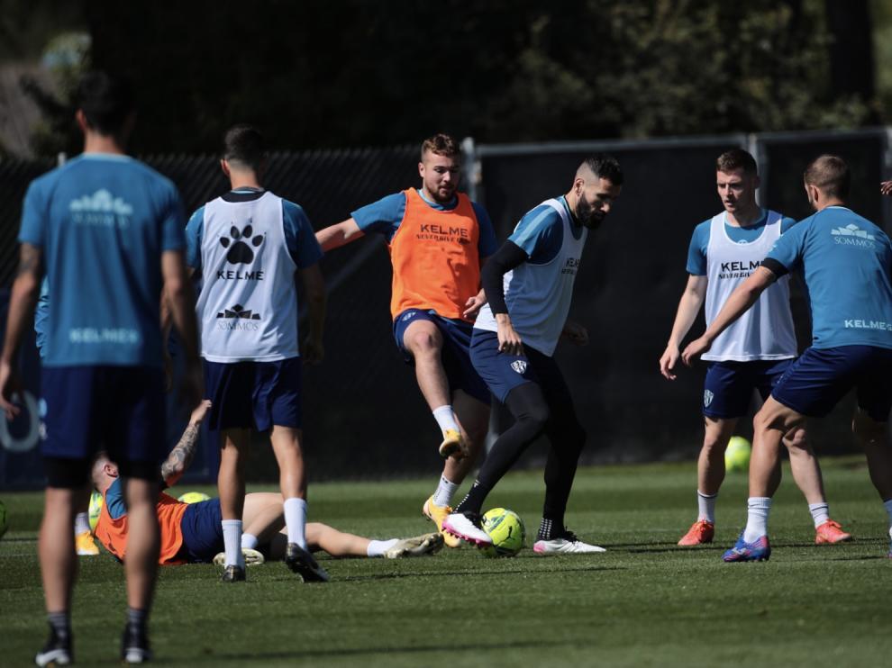 Ontiveros trata de quitarle el balón a Siovas, en el entrenamiento de este martes.