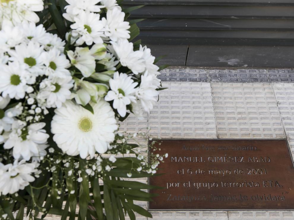 Una placa en recuerdo de Manuel Giménez Abad, en la calle Cortes de Aragón 9 de Zaragoza