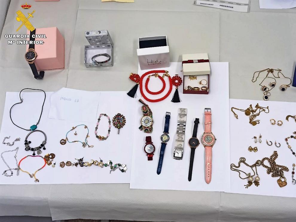 Alguna de las joyas robadas por la detenida en las viviendas de las personas a las que cuidaba.