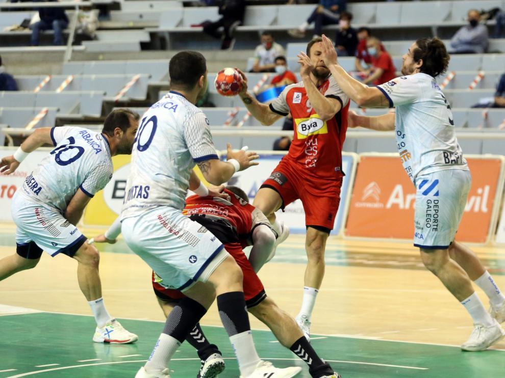 Tioumentsev se eleva para lanzar a la portería gallega.