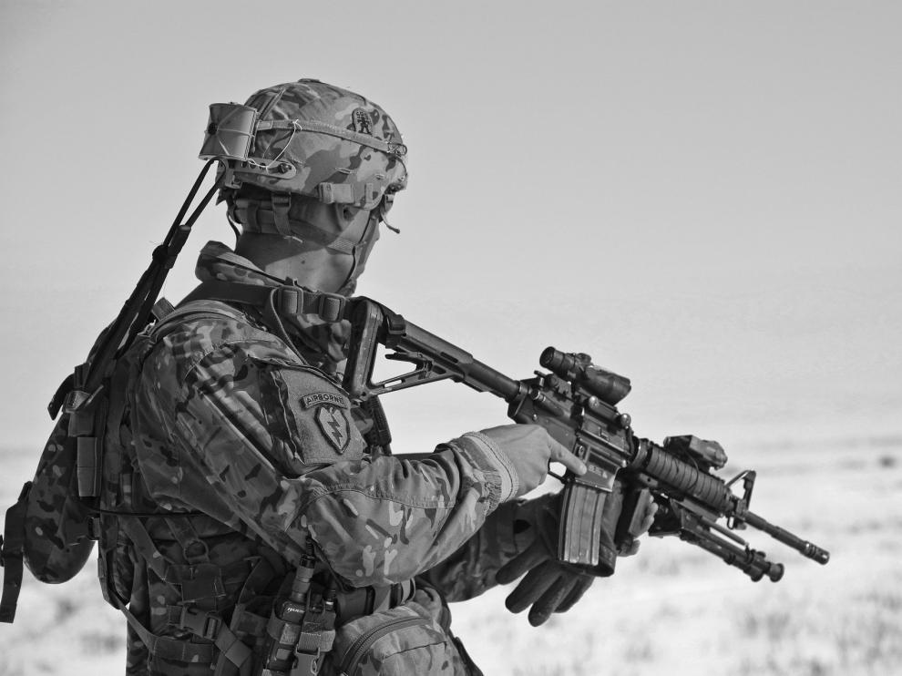 El estafador se hace pasar por un alto mando del Ejército de los EE. UU. e inicia una relación amorosa por redes sociales con una persona