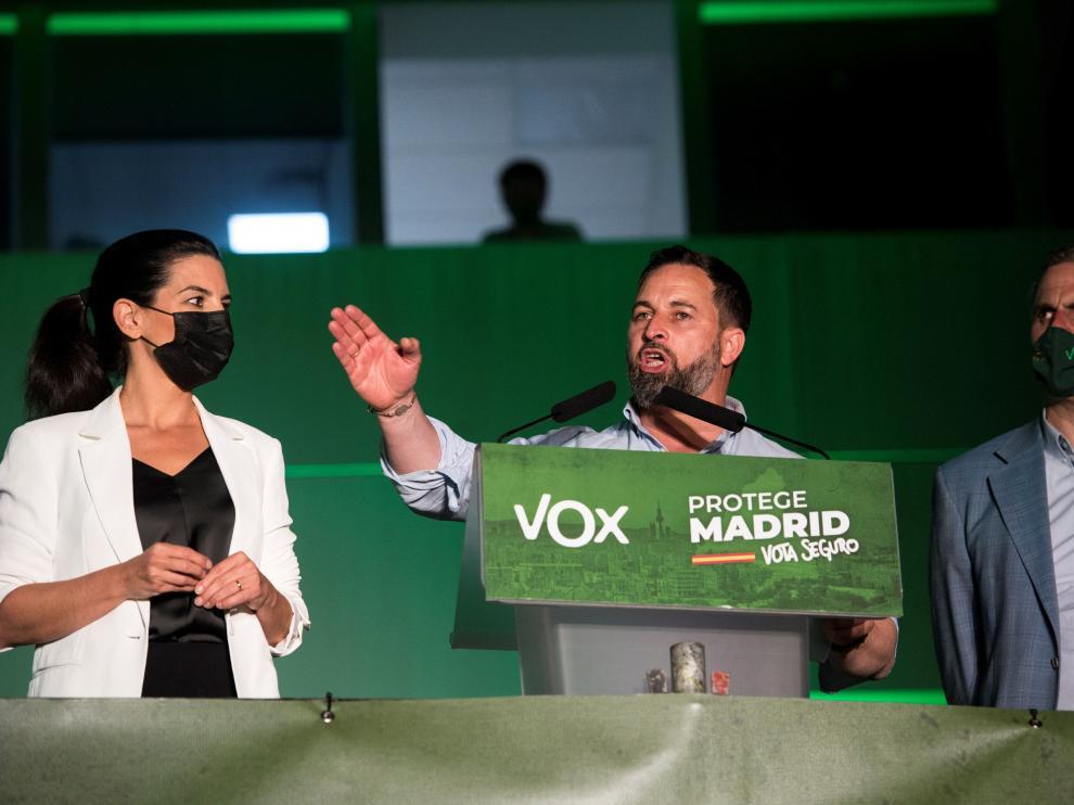 El presidente de Vox, Santiago Abascal (c), acompañado por la candidata a la presidencia de la Comunidad de Madrid Rocio Monasterio y el concejal de su grupo en el ayuntamiento madrileño, Javier Ortega Smith