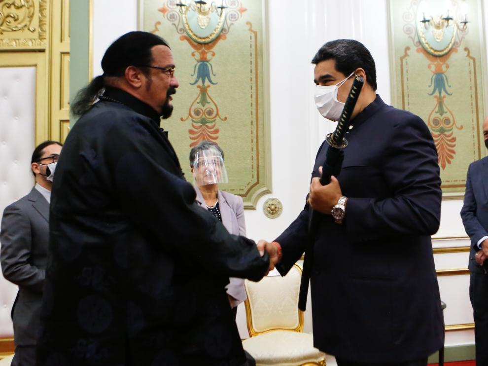 Maduro maniobra una espada samurái que le regala el actor Steven Seagal.
