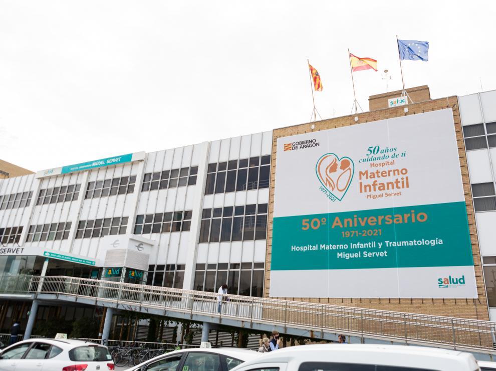 Fachada del Hospital Miguel Servet con el cartel conmemorativo del 50 aniversario de Traumatología y del Hospital Materno Infantil.