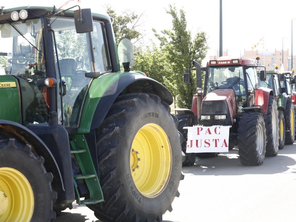 Tractorada convocada por UAGA en defensa de la PAC por las calles de Zaragoza, este jueves, 6 de mayo.