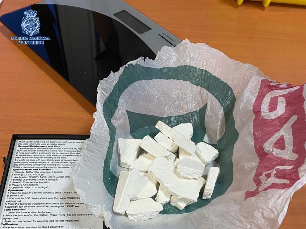 El detenido entregó de forma voluntaria a los agentes una bolsa de plástico anudada que contenía varios fragmentos rocosos de cocaína.