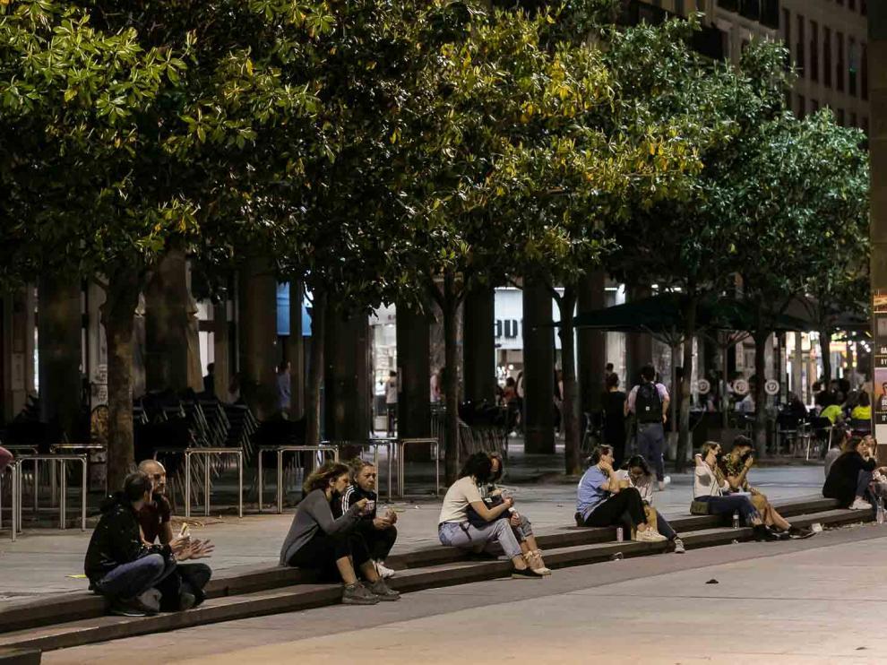 Ambiente en Zaragoza en la noche en la que ha finalizado el estado de alarma en España