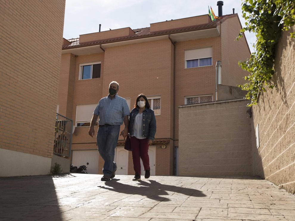 José Manuel y Maribel, delante del adosado que están a punto de perder.
