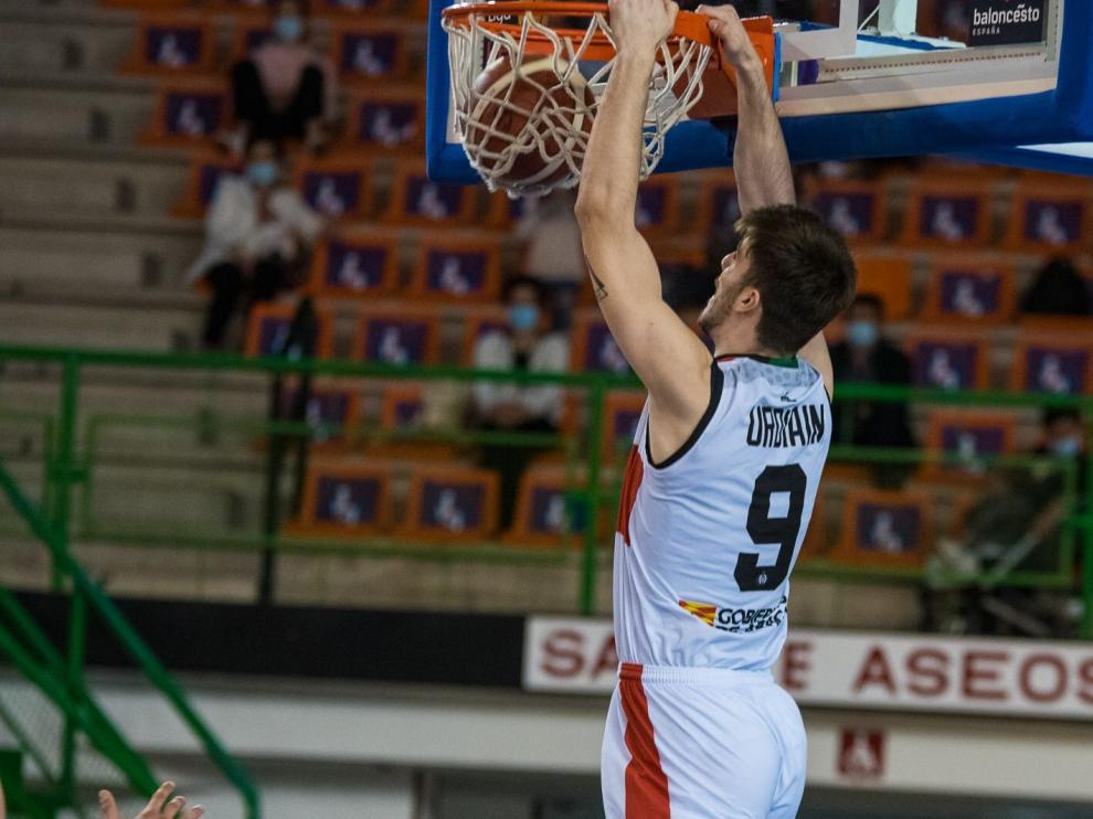 Ander Urdiain machaca el aro durante el partido en Orense.