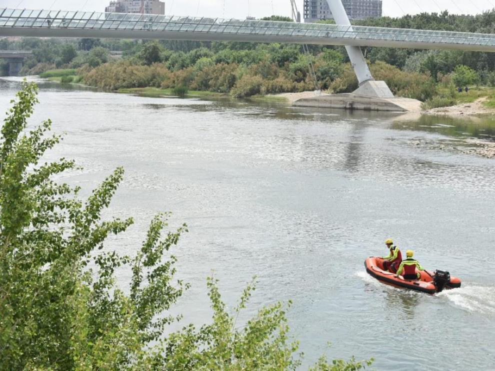 Labores de búsqueda del menor desaparecido en el río Ebro.