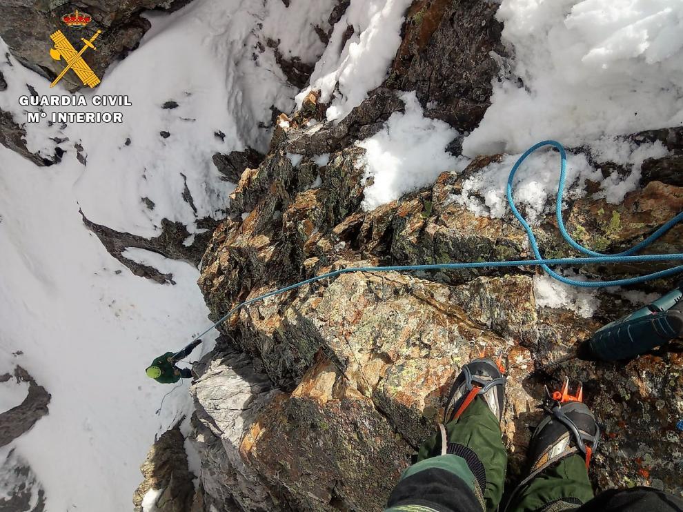 Un especialista en montaña de la Guardia Civil durante una de las operaciones de rescates efectuadas este fin de semana.