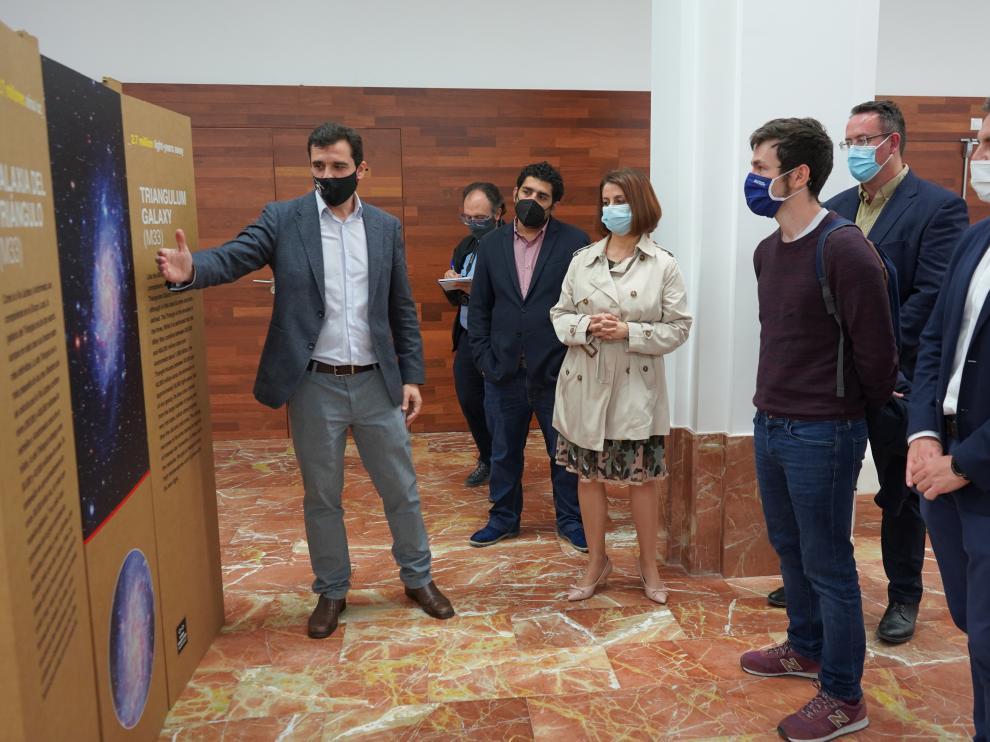 Javier Cenarro explica los contenidos de la exposición de fotos tomadas en el observatorio de Javalambre.
