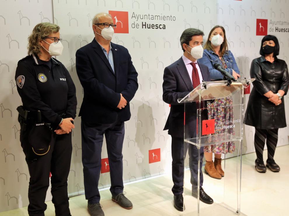 El alcalde de Huesca, Luis Felipe, este lunes con algunos concejales socialistas y la intendente de la Policía Local.