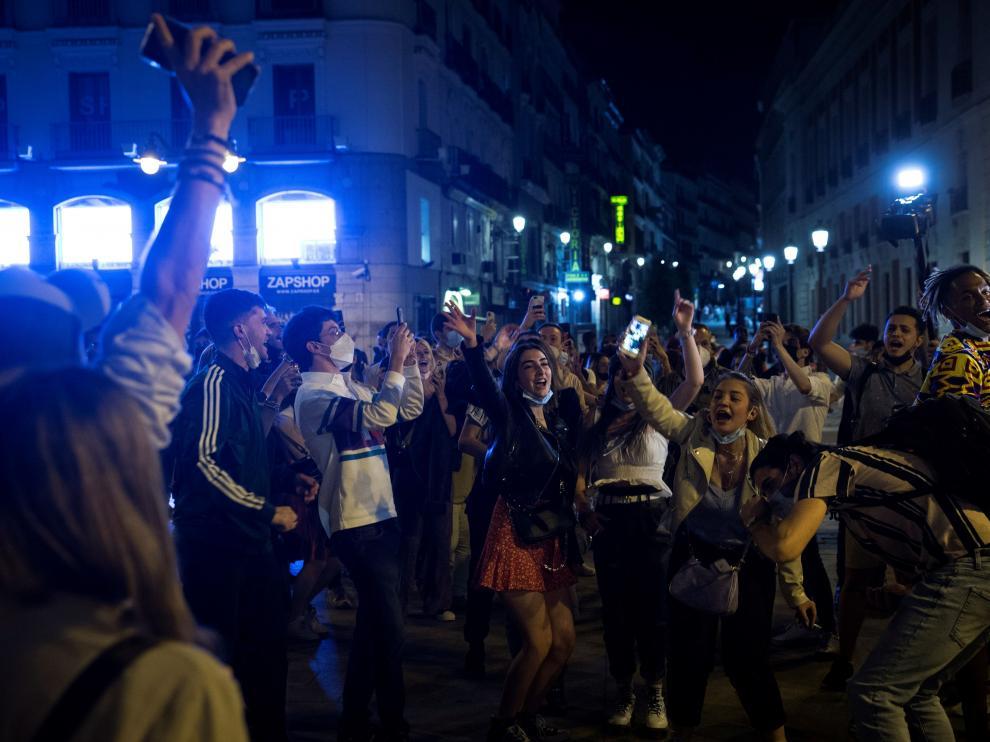 Jóvenes celebrando en el centro de Madrid el final del estado de alarma