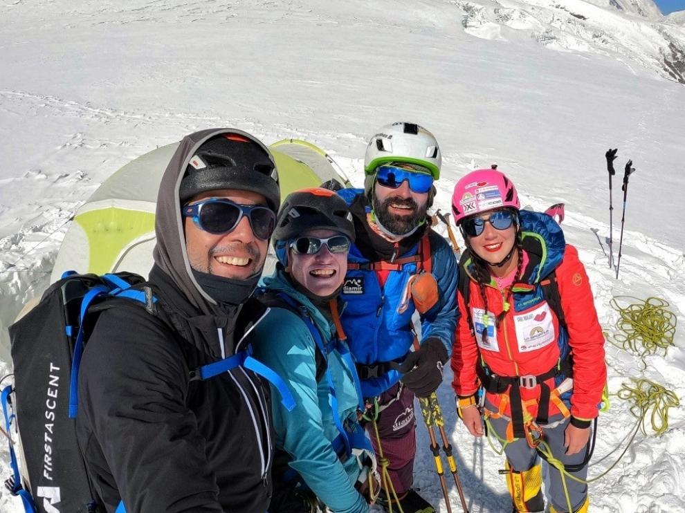 Jonatan García, en el centro, junto a varios compañeros, entre ellos Stefi Troguet.