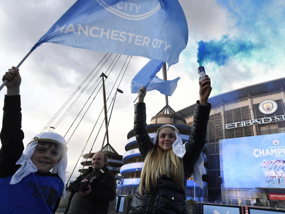 Aficionados celebran el título de la Premier League conquistado por el Manchester City