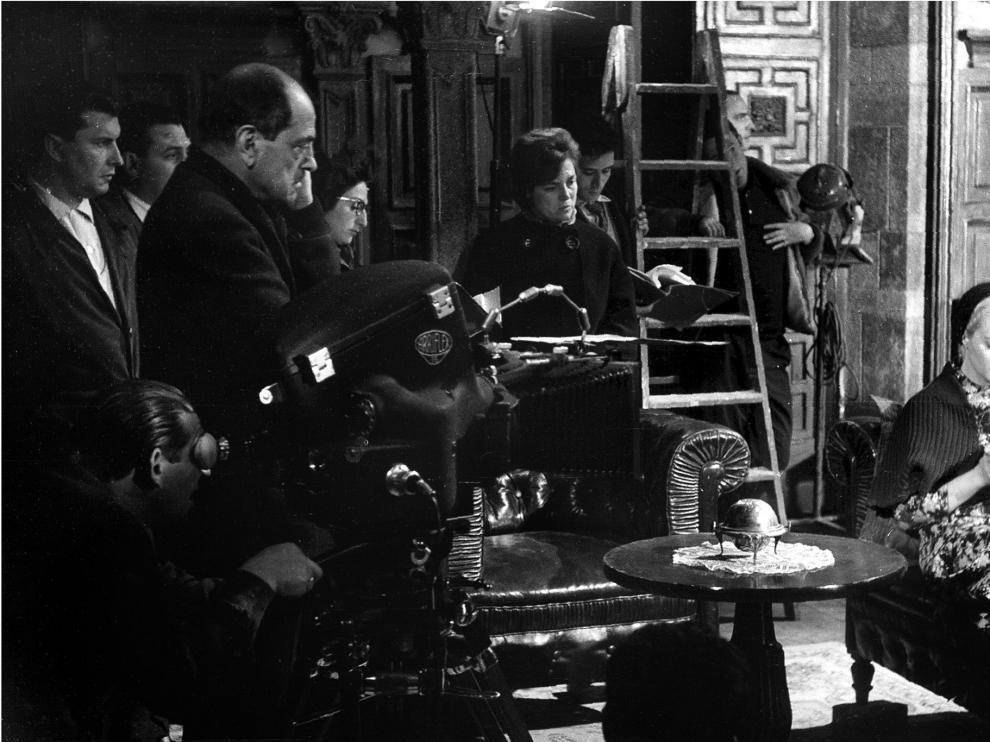 Luis Buñuel, concentrado en el rodaje de 'Viridiana', en una escena protagonizada por la actriz mexicana Silvia Pinal.