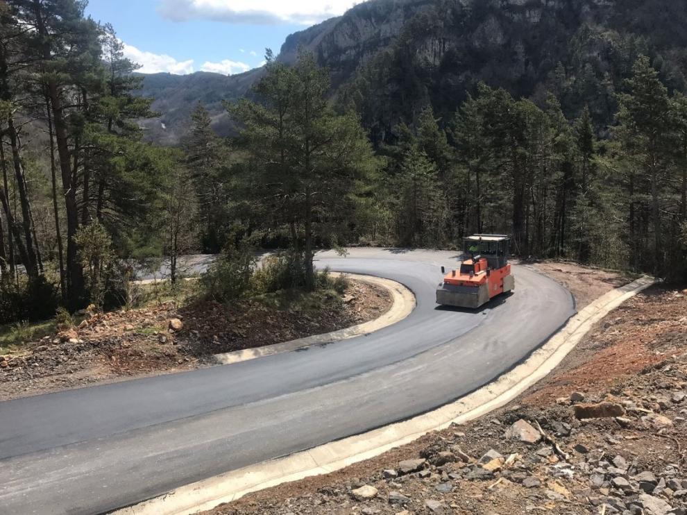 Trabajos de asfaltado de la carretera de Espés.
