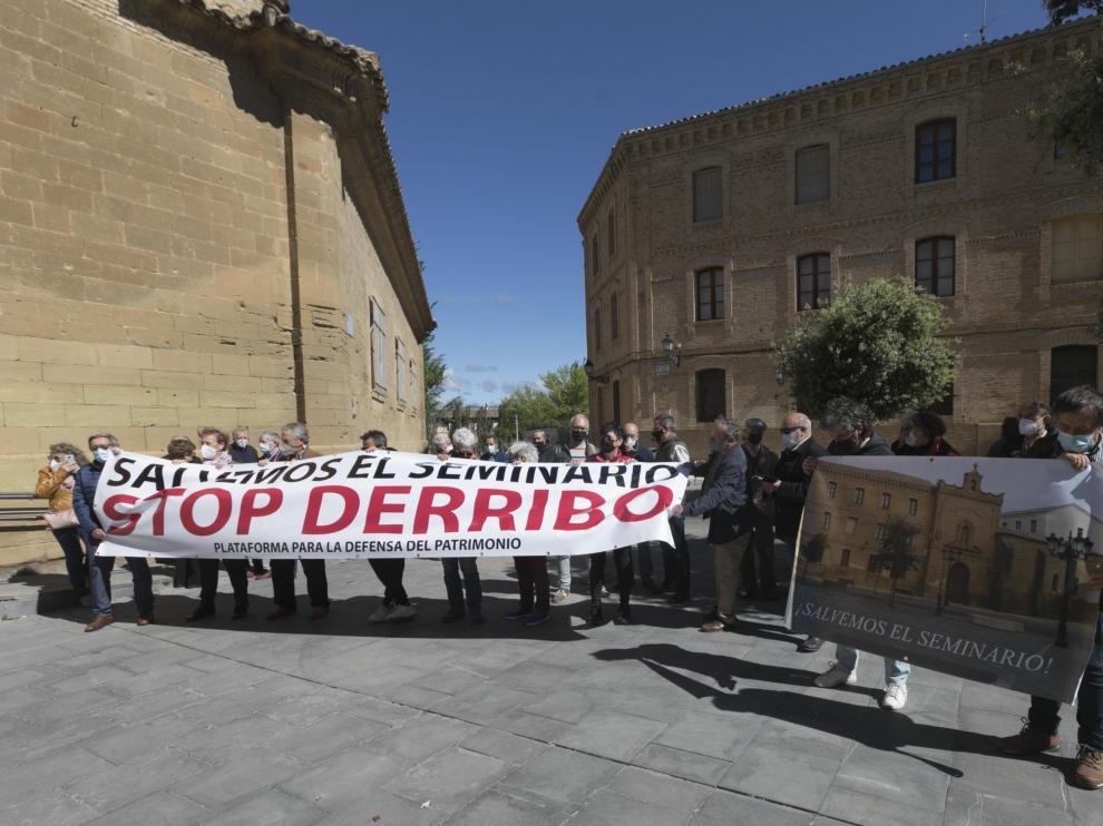 Concentración a las puertas del Museo de Huesca en contra de las demoliciones en el Seminario.