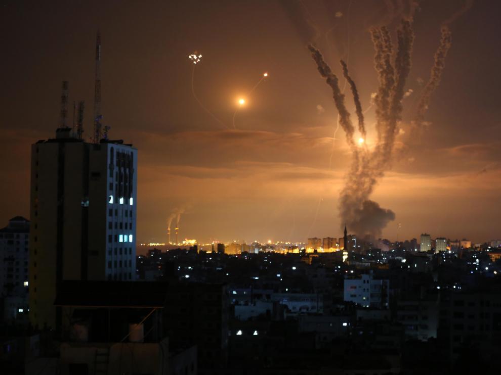 Smoke and flame rise as hostilities between Israel and Hamas escalate, in Gaza May 13, 2021. REUTERS/Ibraheem Abu Mustafa[[[REUTERS VOCENTO]]] ISRAEL-PALESTINIANS/