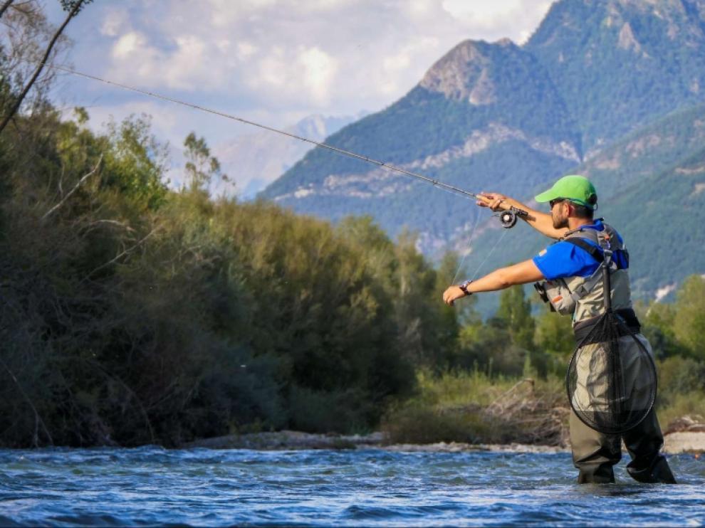 Un pescador en el río Gállego