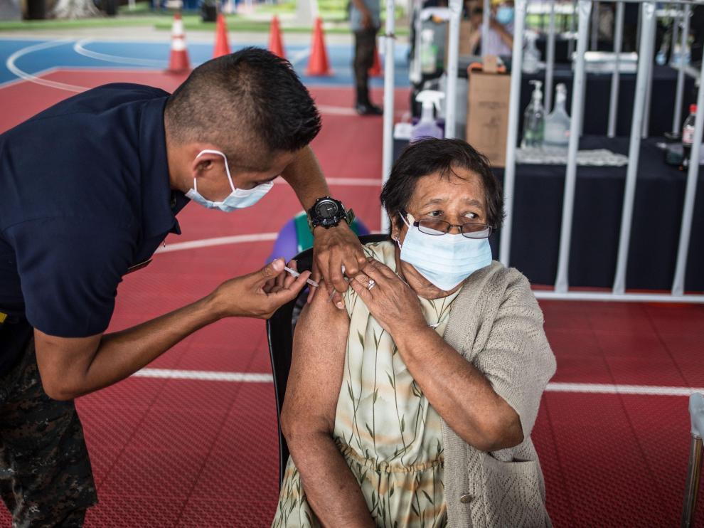 Una mujer se vacuna en Guatemala.