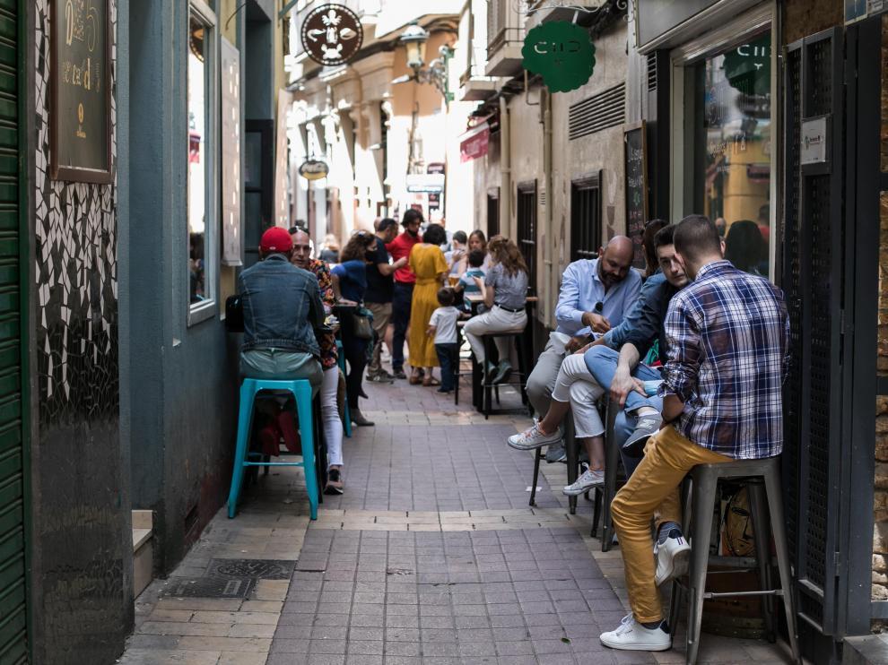 Reparto de mascarillas por las terrazas del Tubo de Zaragoza.
