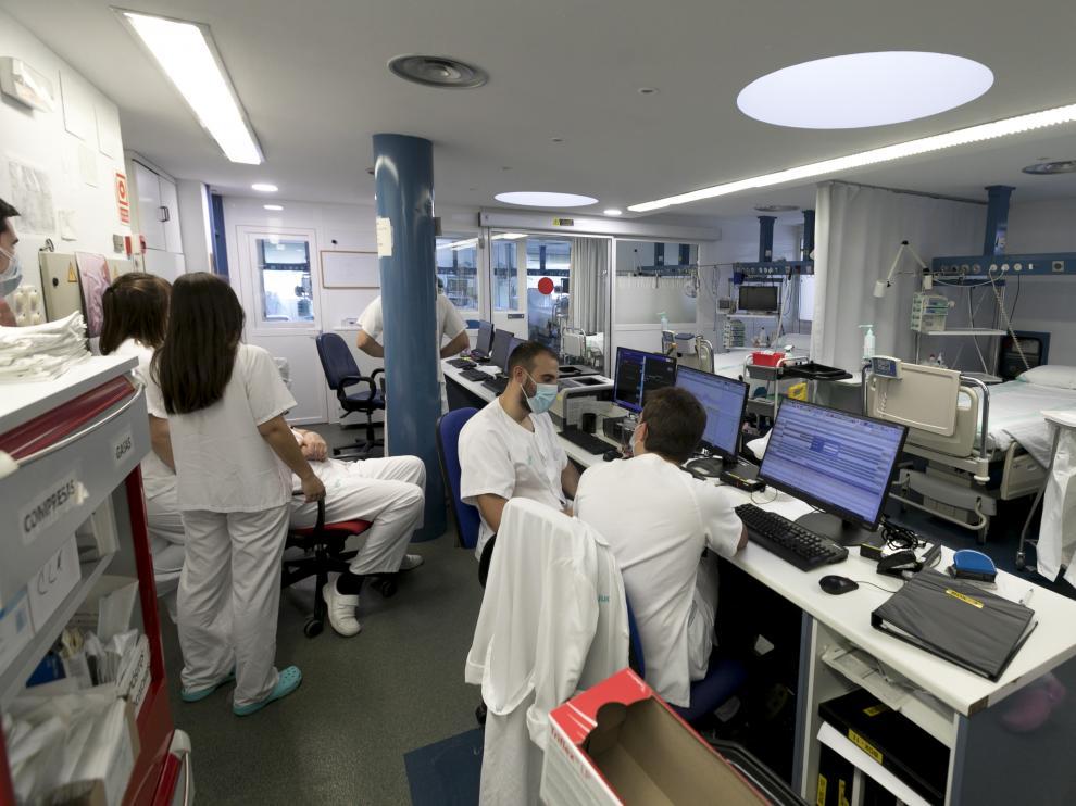 Foto de archivo de la UCI del Hospital San Jorge de Huesca, que ha recuperado sus 11 camas habituales al bajar el número de casos graves.