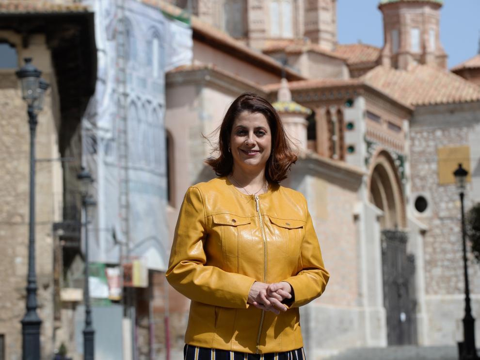 La alcaldesa de Terue, Emma Buj, en la plaza de la Catedral.