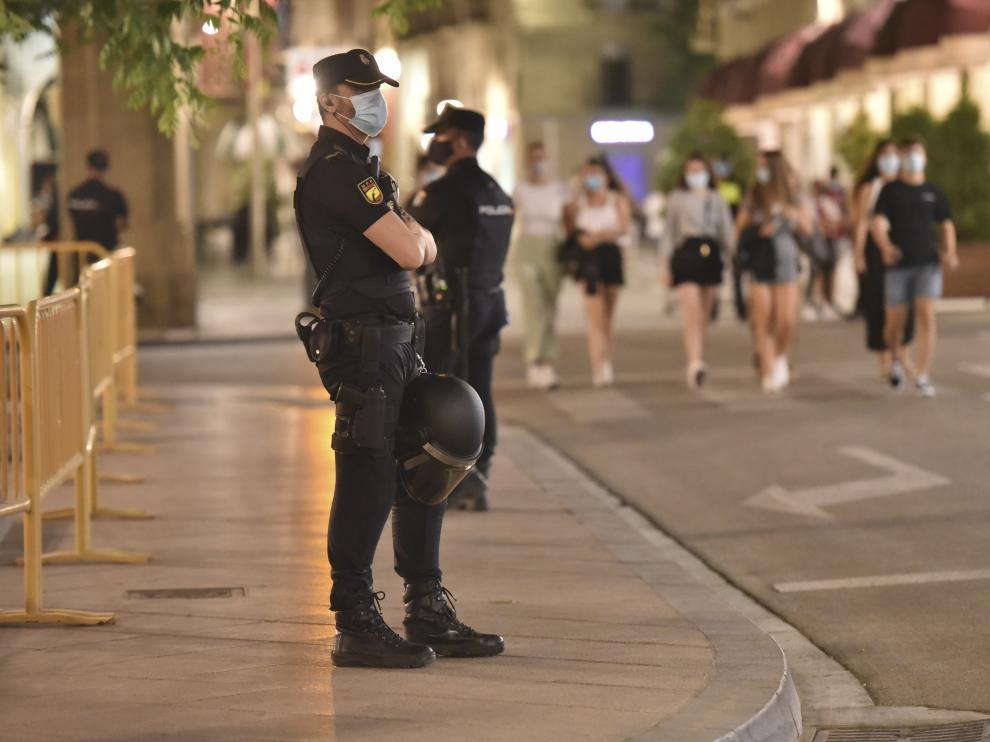 Policías en el centro de Huesca durante la celebración del ascenso de la SD Huesca en julio de 2020.