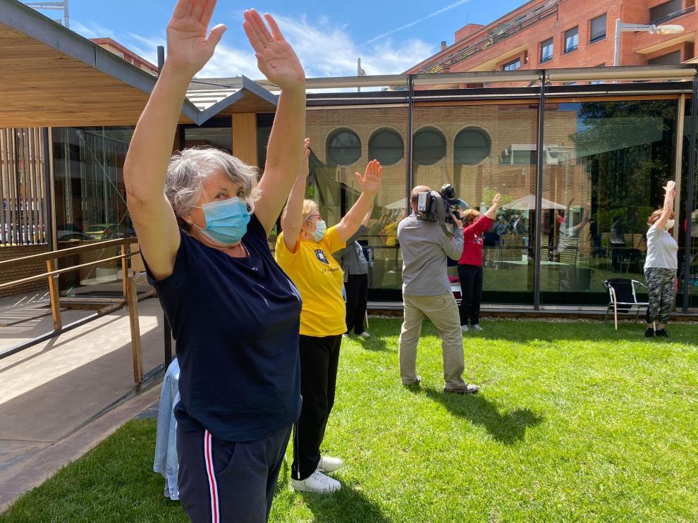 Socias del hogar de mayores de Barbastro, ayer, hacen ejercicio al aire libre.