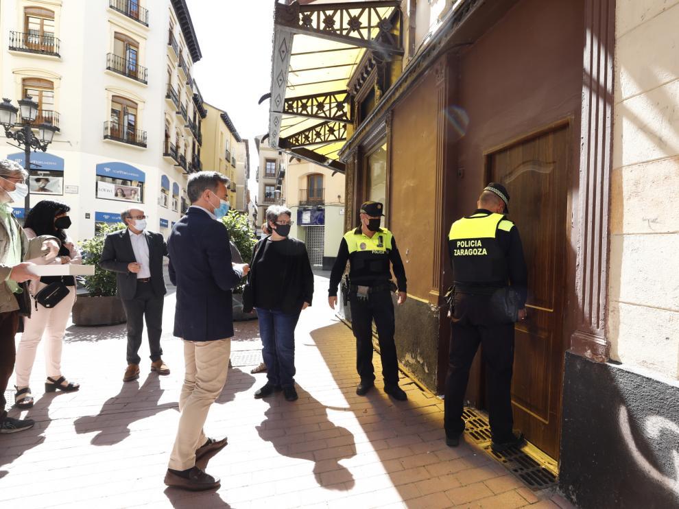 El concejal de Urbanismo, Víctor Serrano, y la presidenta de la Comisión de Patrimonio de la DGA, Mari Sancho Menjón, antes de acceder al interior de la antigua joyería Aladrén.