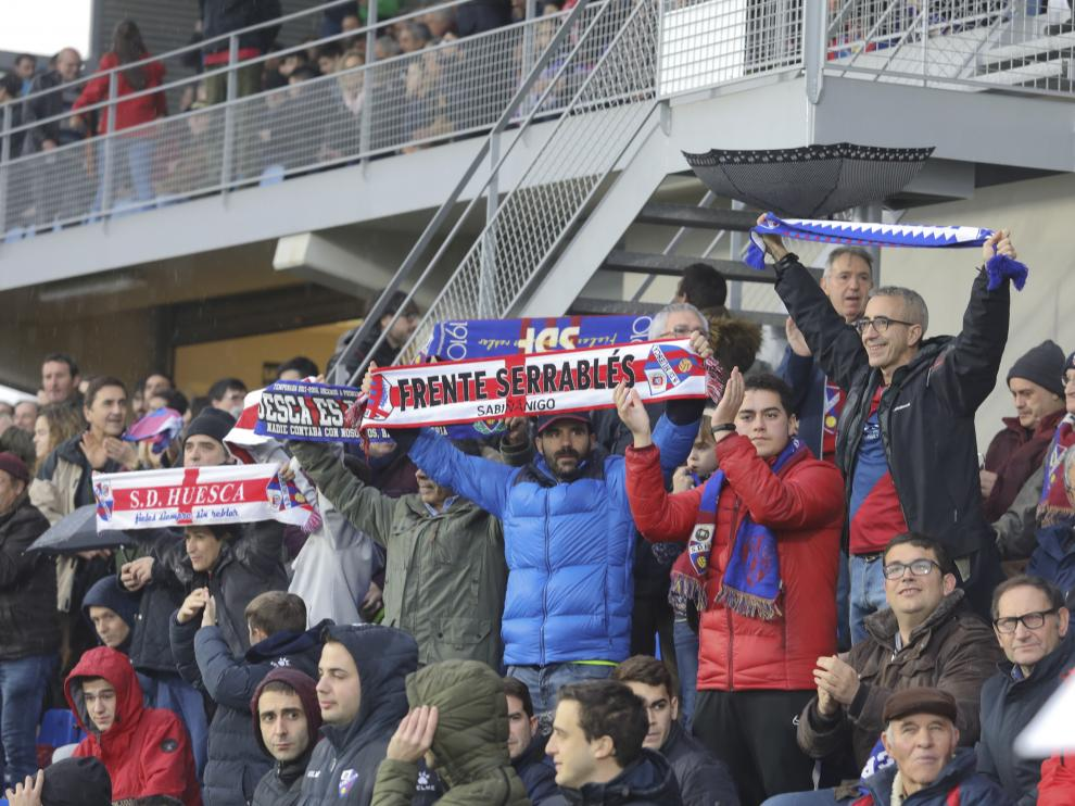 Aficionados de la SD Huesca, en El Alcoraz, durante un partido de la temporada pasada.