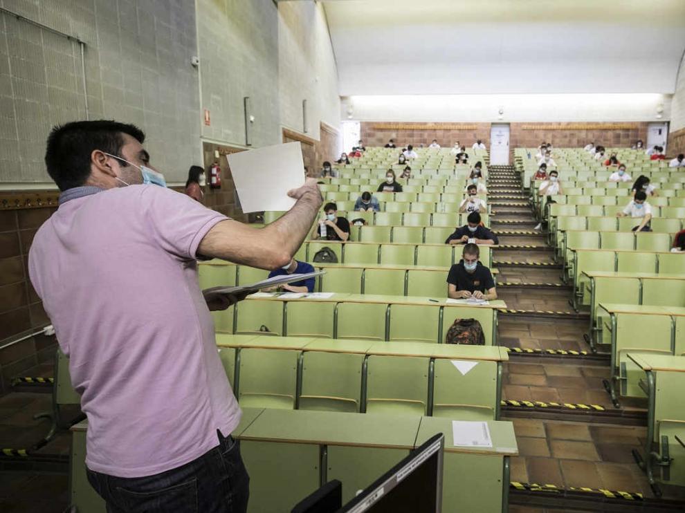 Alumnos realizando las pruebas de la EVAU en la facultad de Derecho de la Universidad de Zaragoza.